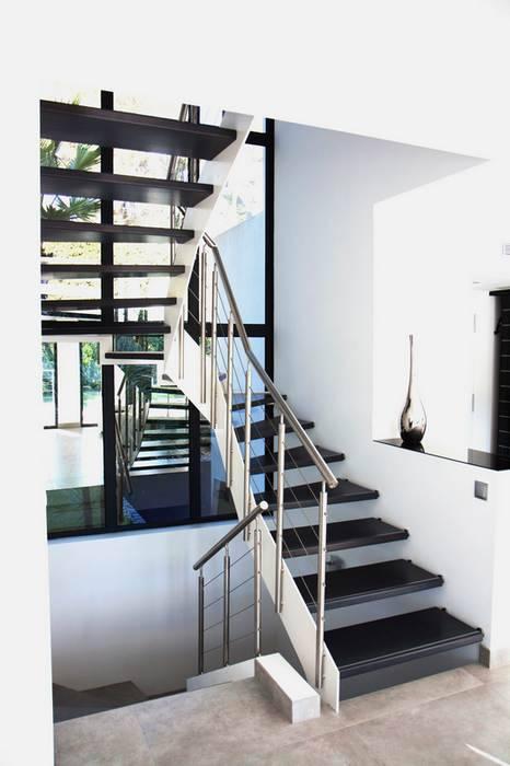Escalier forme en U: Couloir et hall d'entrée de style  par Passion Escaliers