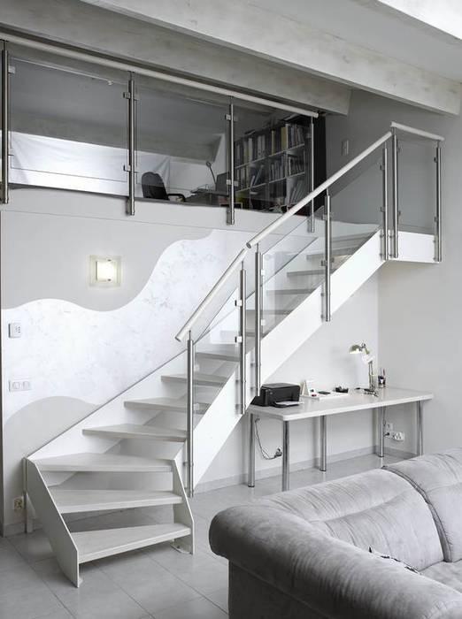 Escalier laqué blanc: Couloir et hall d'entrée de style  par Passion Escaliers