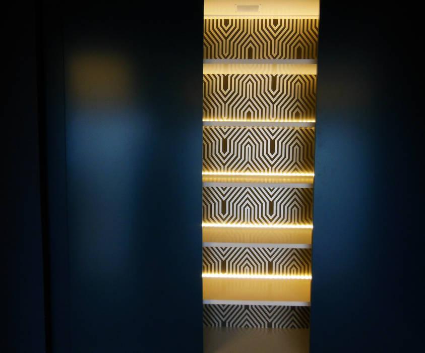 Armário com prateleiras retro-iluminadas Salas de estar modernas por Poliune Moderno