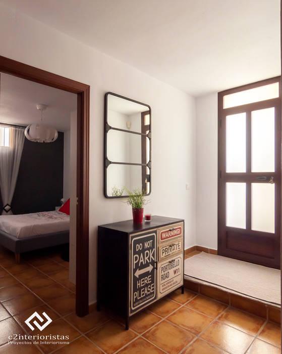 現代風玄關、走廊與階梯 根據 C2INTERIORISTAS 現代風