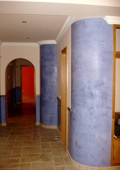 Estuque Veneziano Corredores, halls e escadas modernos por RenoBuild Algarve Moderno