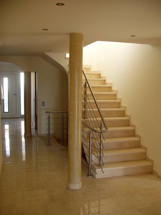 Estuque Veneziano: Corredores e halls de entrada  por RenoBuild Algarve