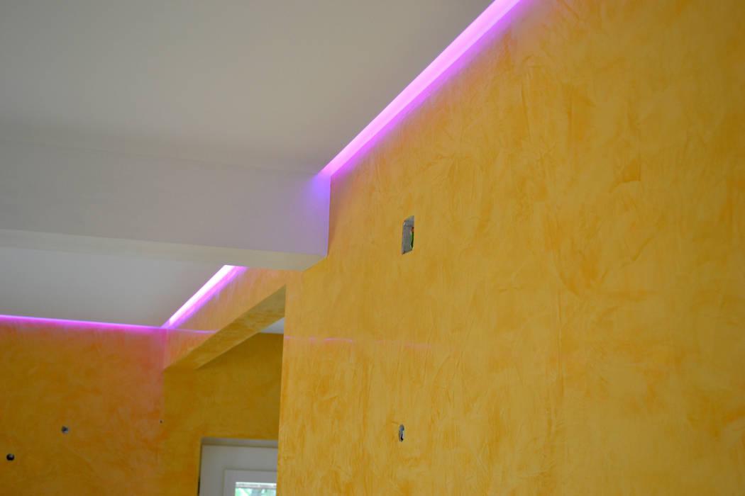 Estuque Veneziano Salas de estar modernas por RenoBuild Algarve Moderno