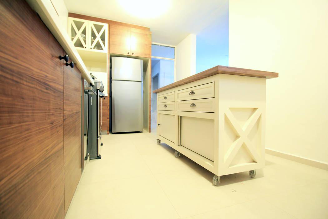 Isla móvil: Cocinas de estilo moderno por D.I. Pilar Román