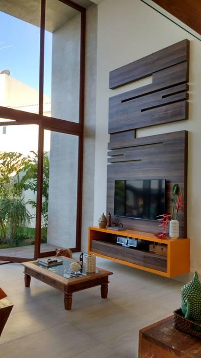 Salones de estilo tropical de Tânia Póvoa Arquitetura e Decoração Tropical Madera Acabado en madera