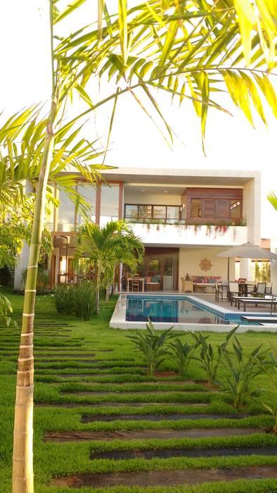 Vườn phong cách nhiệt đới bởi Tânia Póvoa Arquitetura e Decoração Nhiệt đới Gỗ Wood effect