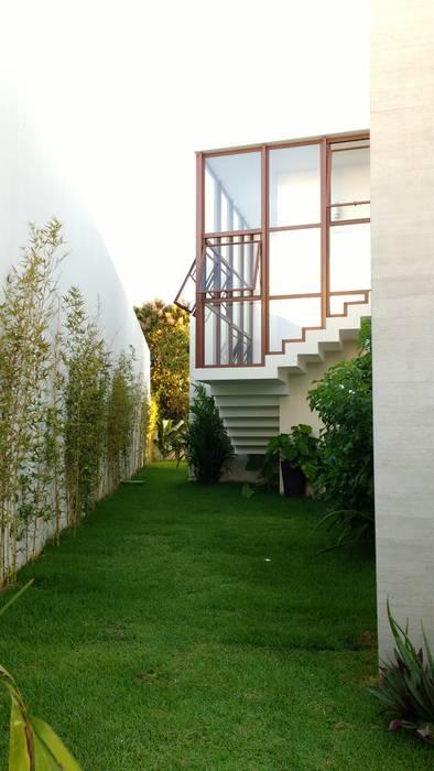 JAEDIM / ESCADA ACESSO PAV SUPERIOR Casas tropicais por Tânia Póvoa Arquitetura e Decoração Tropical Vidro