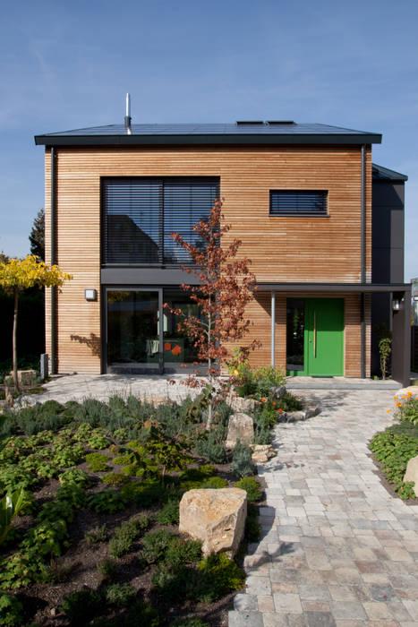 Vorderansicht Des Hauses: Moderne Häuser Von SIGRUN GERST ARCHITEKTUR