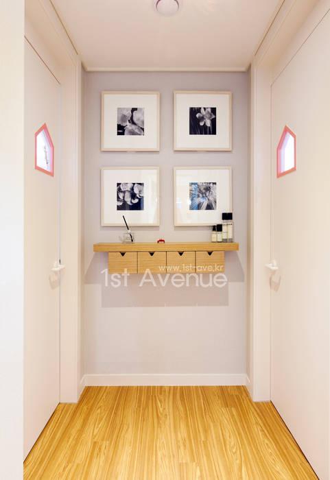 감각적인 패턴과 감성이 있는 인테리어 모던스타일 복도, 현관 & 계단 by 퍼스트애비뉴 모던