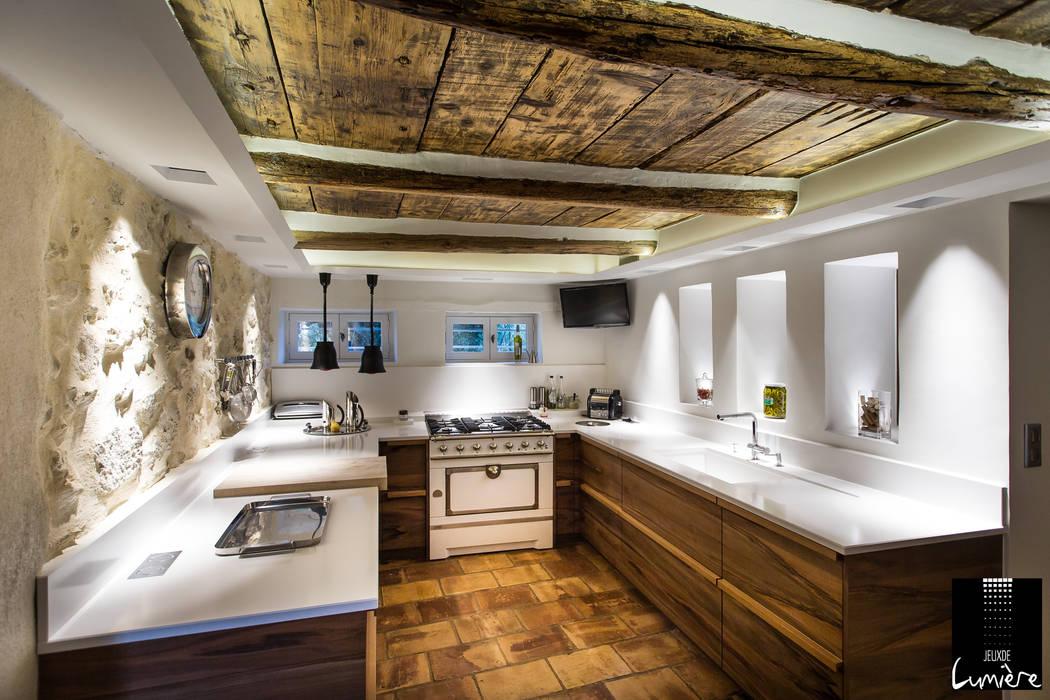 Jeux de Lumière Rustic style kitchen