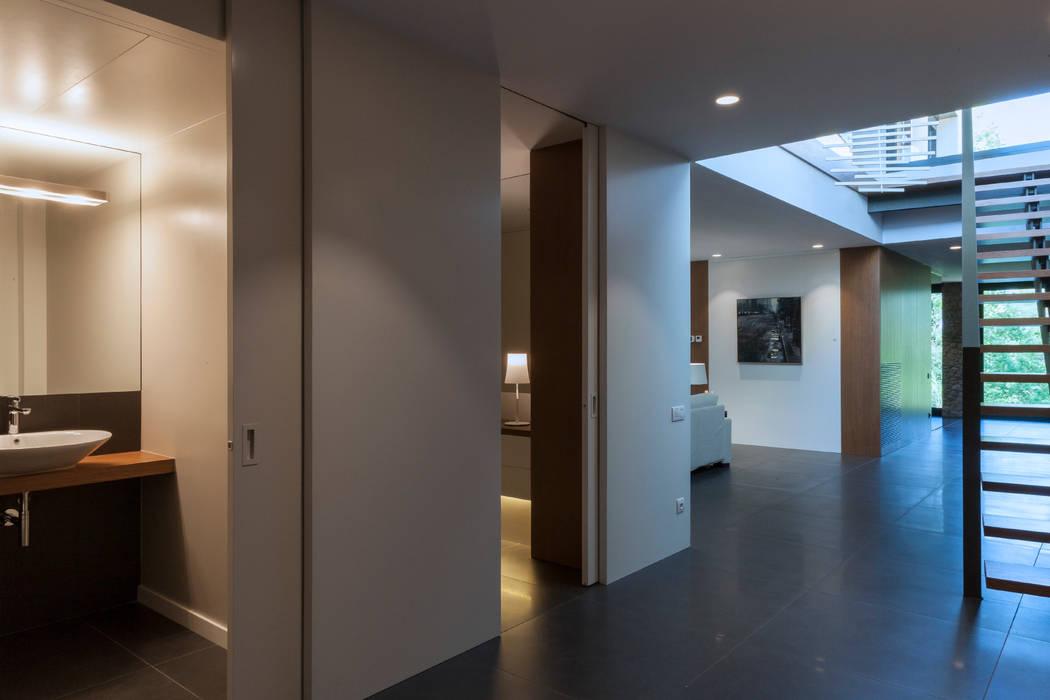Pasillos, vestíbulos y escaleras de estilo moderno de Teresa Casas Disseny d'Interiors Moderno