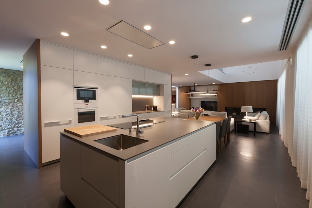 現代廚房設計點子、靈感&圖片 根據 Teresa Casas Disseny d'Interiors 現代風