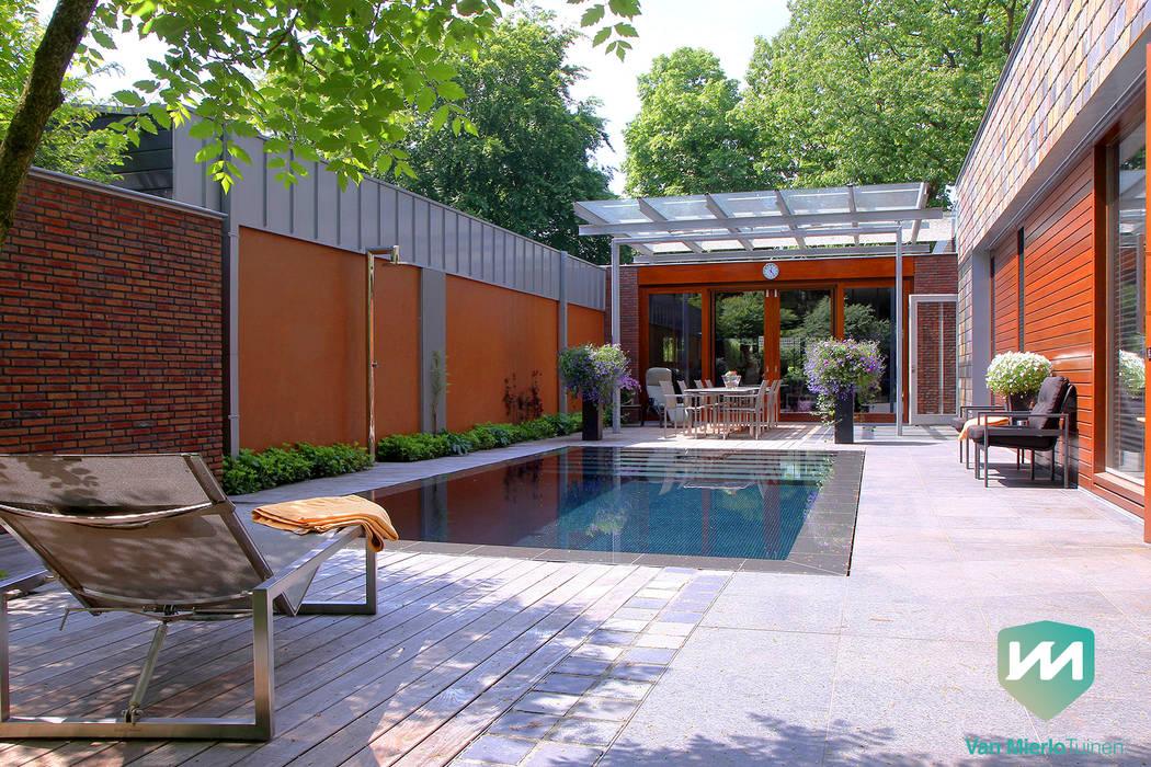 Exclusieve bostuin met waterloop en infinity-pool:  Zwembad door Van Mierlo Tuinen | Exclusieve Tuinontwerpen,