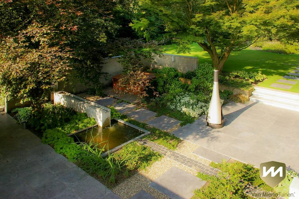 Eigentijdse tuin met zwembad en hoogteverschillen tuin door van