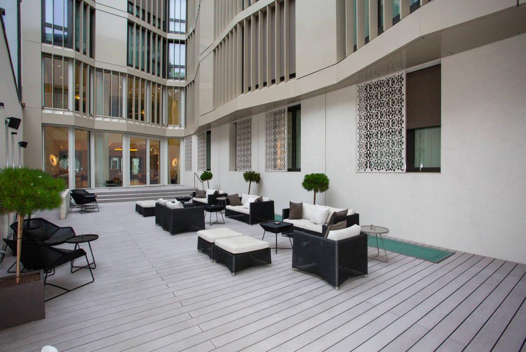 """Hôtel """"The Passage"""" Bâle - Terrasse extérieure: Terrasse de style  par TimberTech"""
