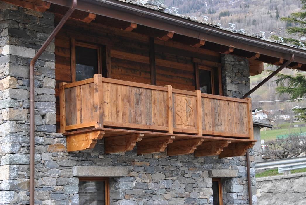 balcone in legno: Case in stile in stile Rustico di Sangineto s.r.l