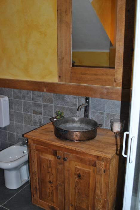 Lavandino: Bagno in stile in stile Rustico di Sangineto s.r.l