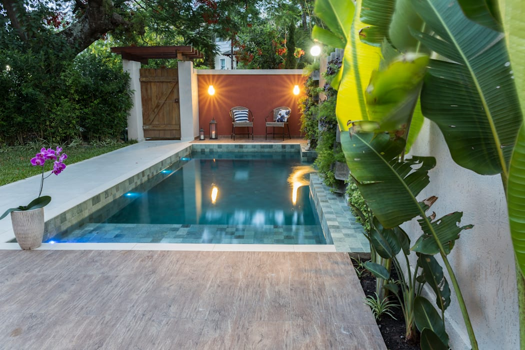 Piscinas de estilo  por Gisele Ribeiro Arquitetura, Tropical Piedra