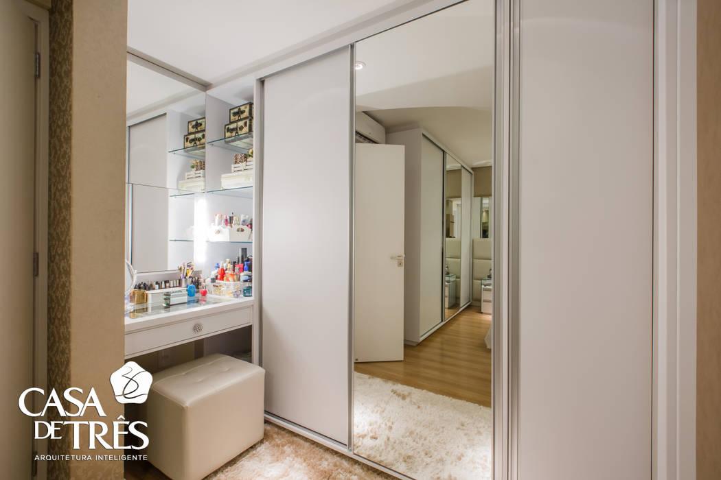 Projeto de interiores de um apartamento moderno: Closets  por Casa de Três