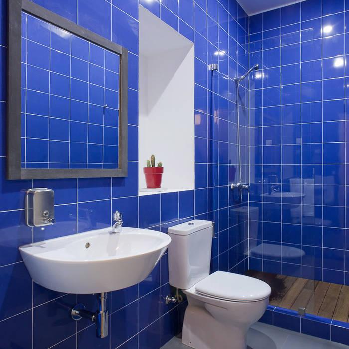Baños de estilo rústico de ARCO mais - arquitectura e construção Rústico Azulejos