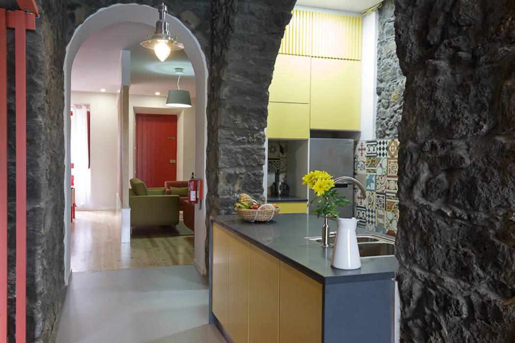 Cocinas de estilo rústico de ARCO mais - arquitectura e construção Rústico