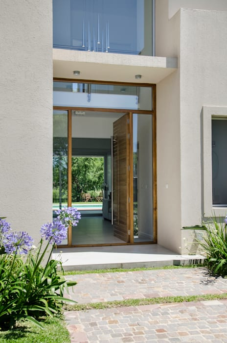 puerta principal Puertas y ventanas modernas de Parrado Arquitectura Moderno