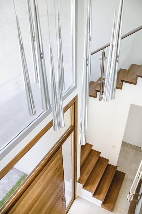 hall: Pasillos y recibidores de estilo  por Parrado Arquitectura