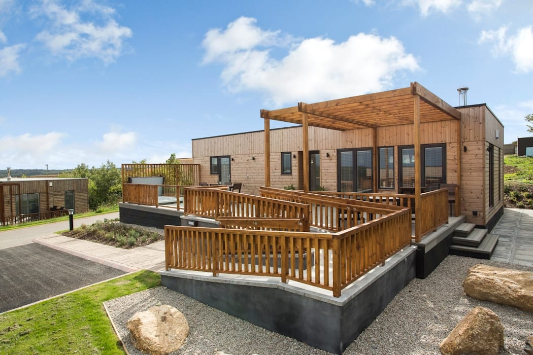 Disability Lodge Front & Decking Area Modern houses by Building With Frames Modern Wood Wood effect