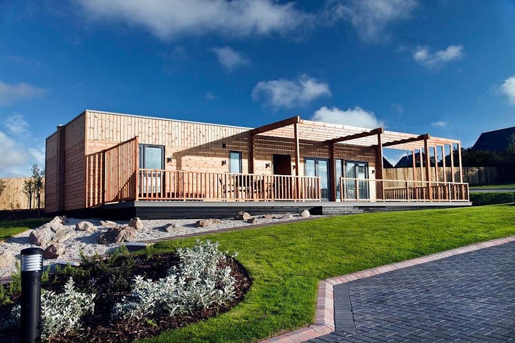 Lodge Froont View Modern houses by Building With Frames Modern Wood Wood effect