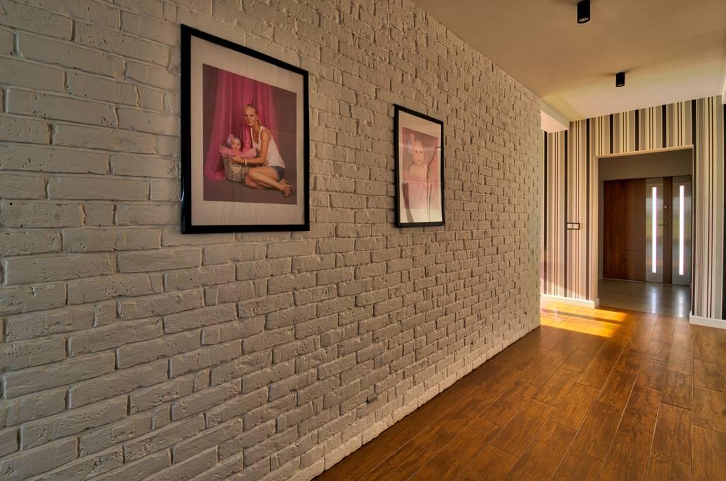 Pasillos, vestíbulos y escaleras de estilo moderno de Biuro Projektów MTM Styl - domywstylu.pl Moderno