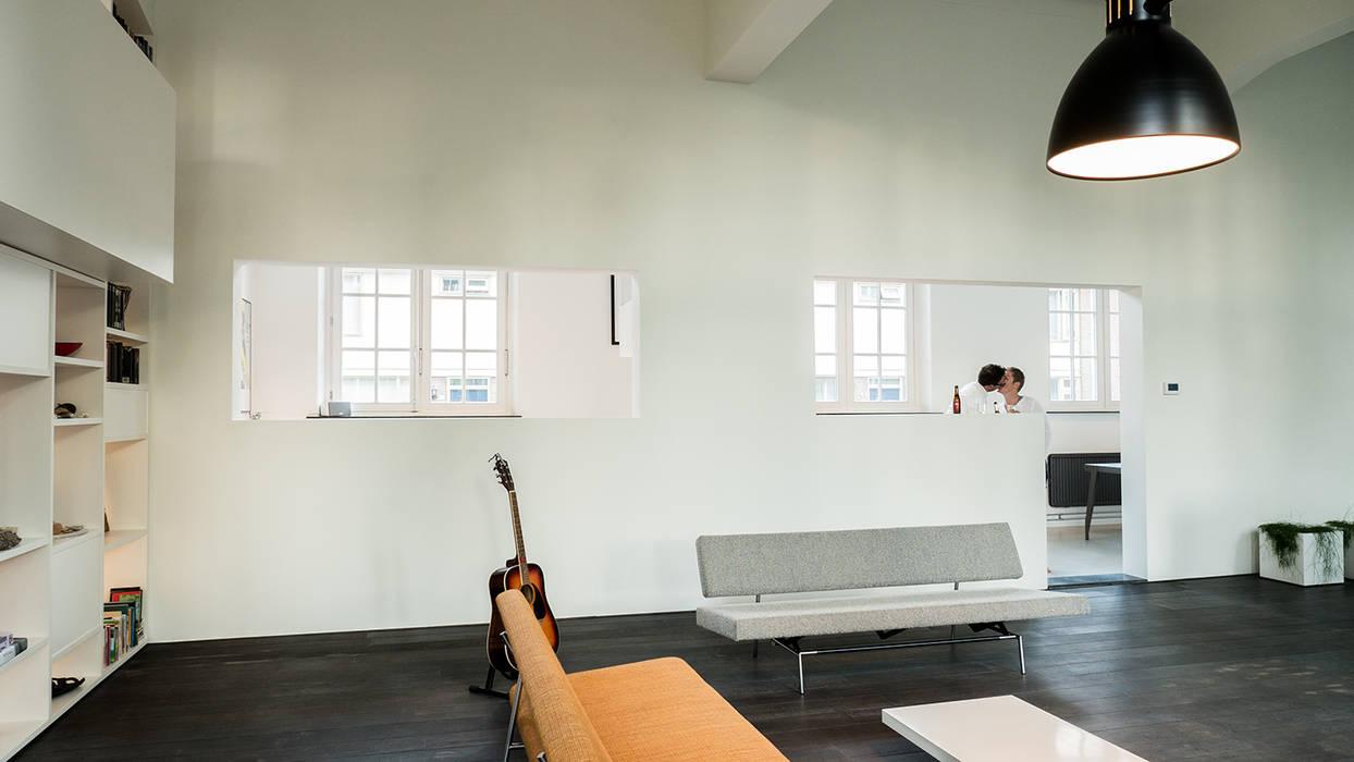 interieur woning in school met xxl kast met taatsdeur studie en nieuwe keuken moderne