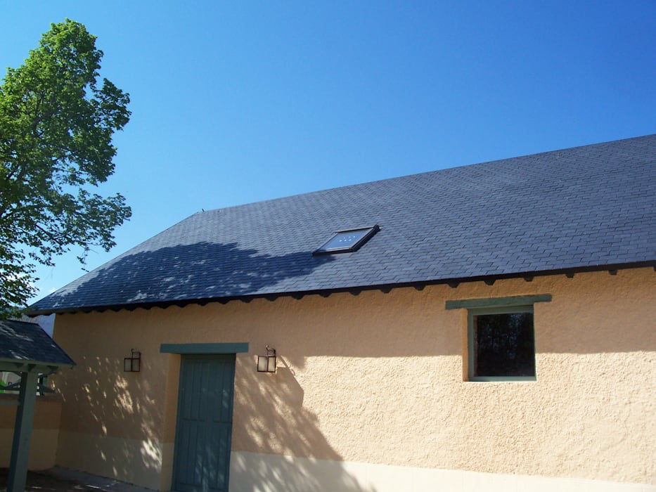 Reparación de tejado de pizarra en Segovia: Tejados a dos aguas de estilo  de Recasa, reformas y rehabilitaciones en Marbella,