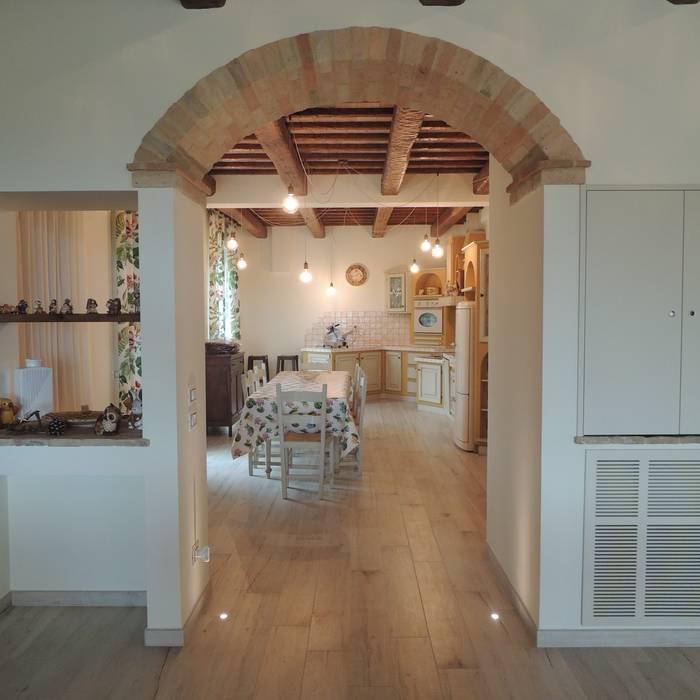 Veduta d'accesso alla grande cucina con illuminazione a ...