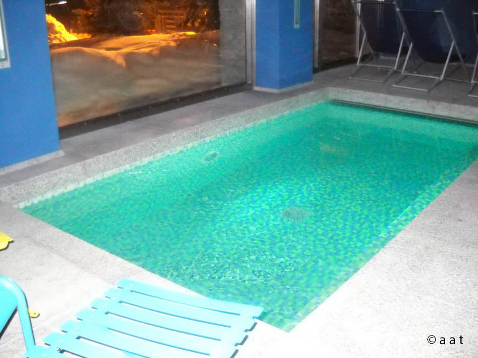 luminescent pool: Piscina in stile in stile Moderno di Alessandro Tosetti