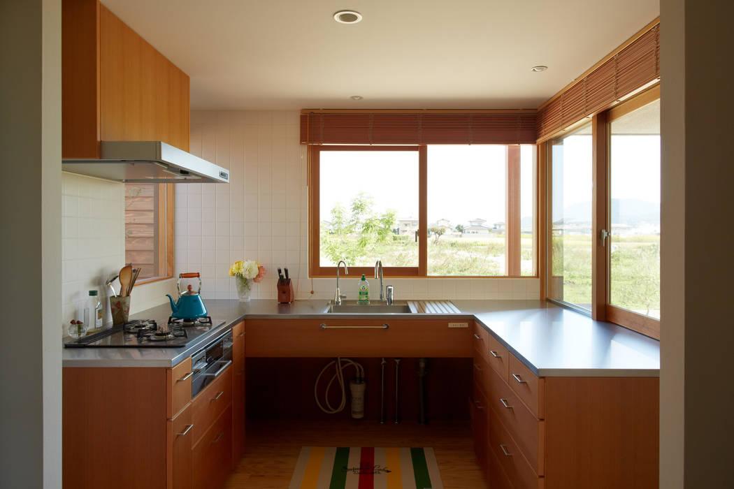 toki Architect design office Cocinas de estilo moderno Madera Acabado en madera