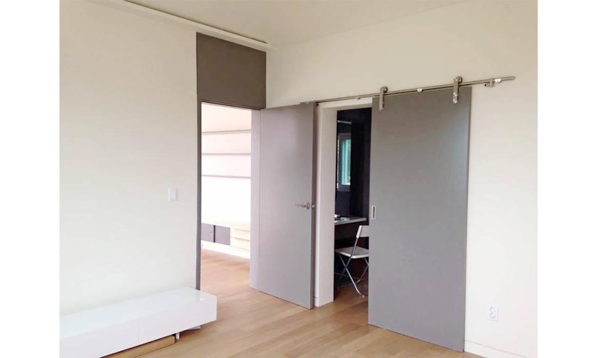 Dormitorios modernos: Ideas, imágenes y decoración de 에이라이브 Moderno Madera Acabado en madera