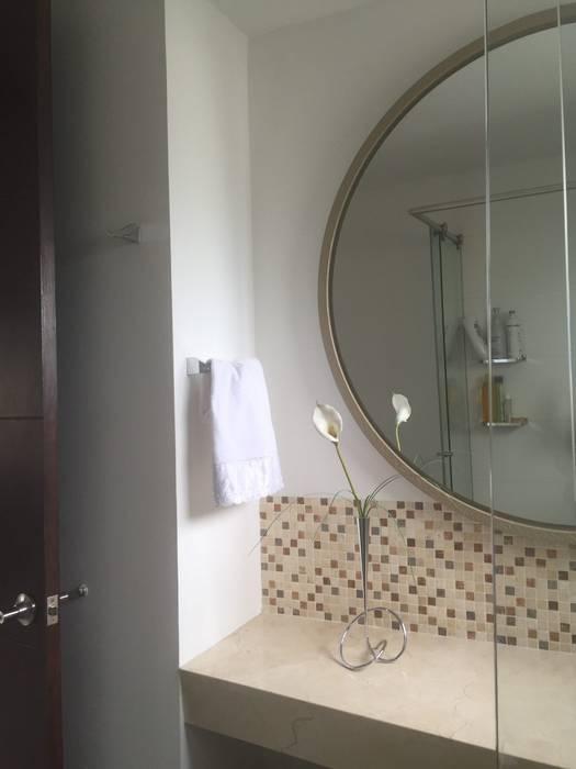 Baño Pequeño Apartaestudio: Baños de estilo ecléctico por ea interiorismo