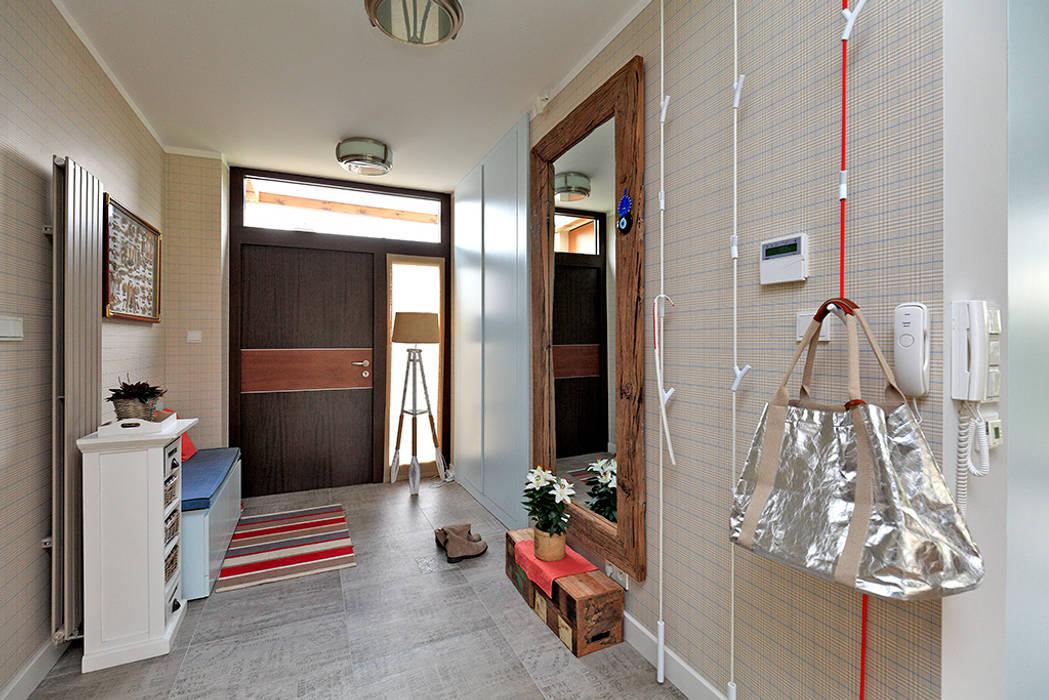 Pasillos, vestíbulos y escaleras modernos de Marchitektka Moderno