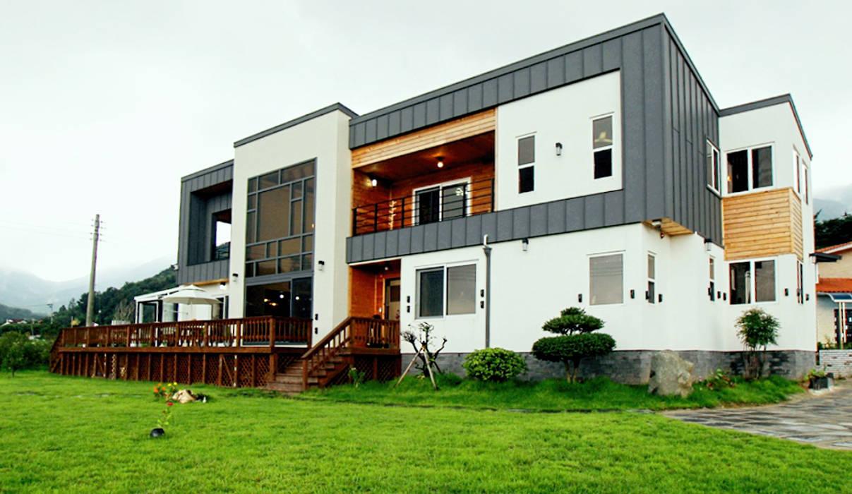 Casas modernas por 엔디하임 - ndhaim Moderno Madeira Efeito de madeira