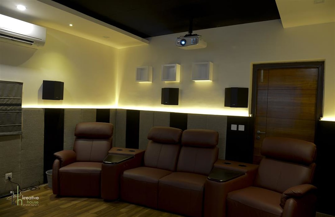 Home Theater:  Media room by KREATIVE HOUSE
