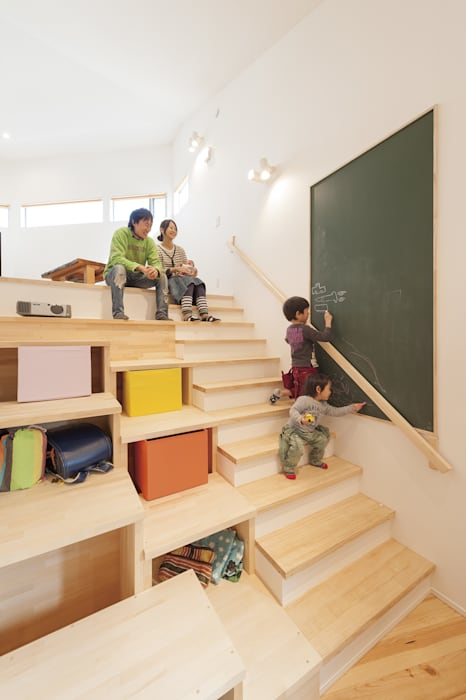 Pasillos, vestíbulos y escaleras de estilo moderno de 株式会社アートハウス Moderno