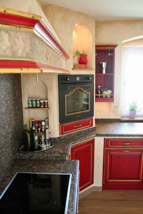 Backofen Ecklösung mit angesetzter Abzugshaube spart nicht nur Platz sondern sieht auch hervorragend aus:  Küche von Villa Medici - Landhauskuechen aus Aschheim