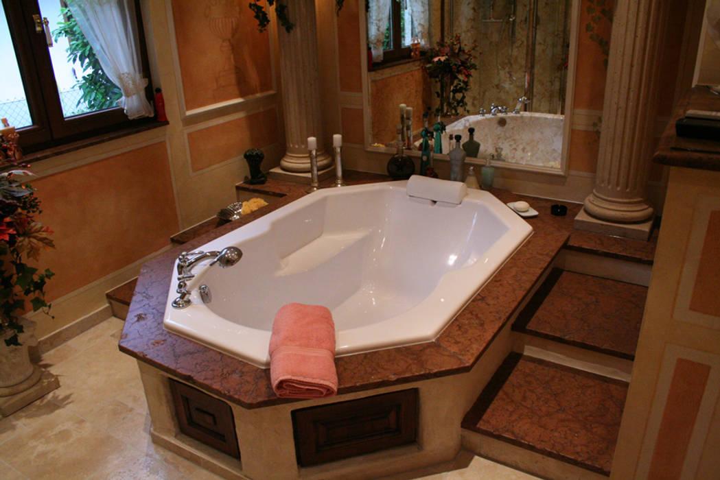 Badewanne 8-eckig mit mediterran designtem Umfeld von Villa Medici Villa Medici - Landhauskuechen aus Aschheim Mediterrane Badezimmer Marmor Beige