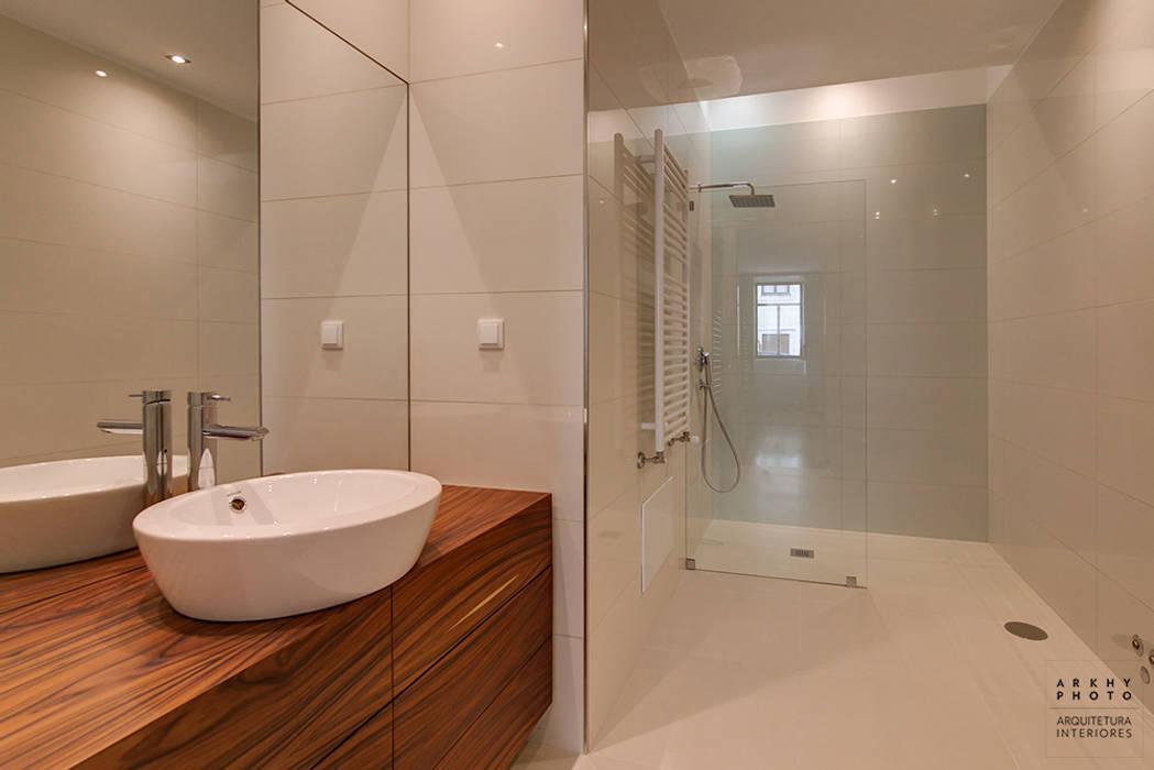 Casa JF02 - Ovar | Reabilitação de Moradia: Casas de banho  por ARKHY PHOTO