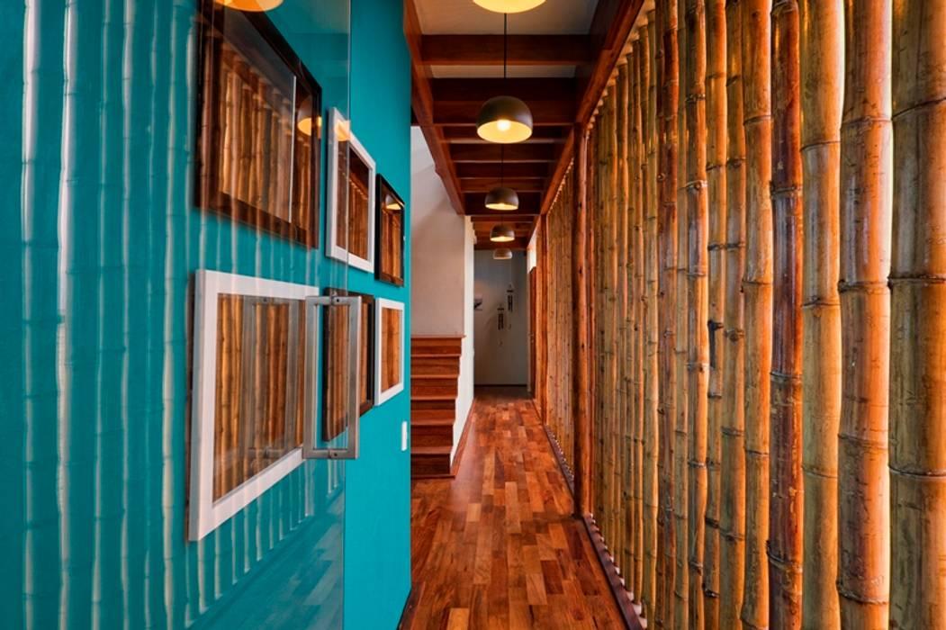 Couloir et hall d'entrée de style  par YUPANA Arquitectos, Rustique Bambou Vert