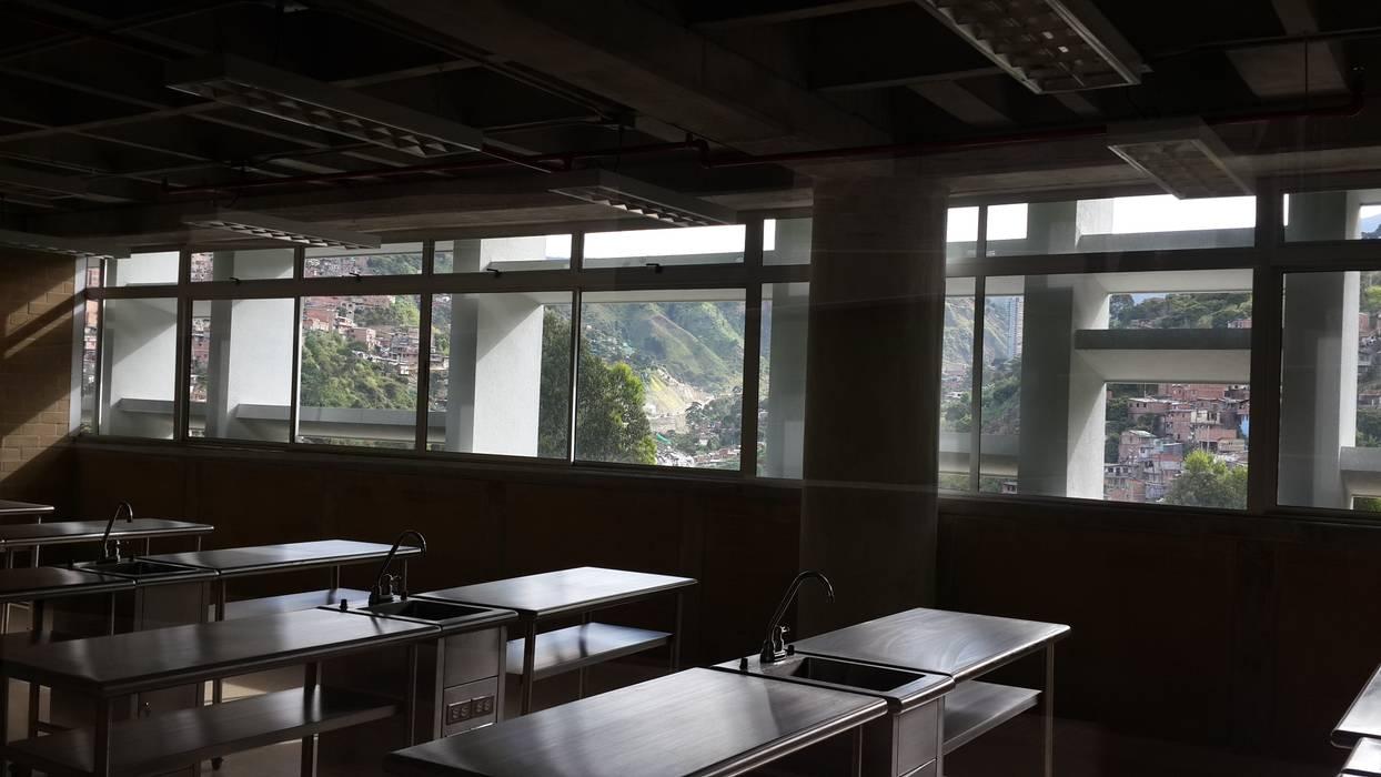 Fachada de Colegio Camilo Mora: Casas de estilo  por Analema Construccion y Acabados