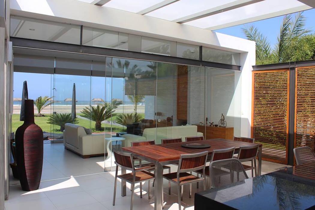 Dining room by NIKOLAS BRICEÑO arquitecto