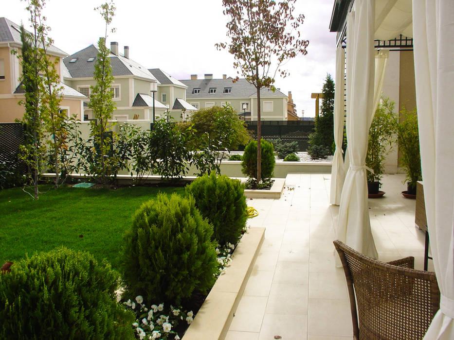 Aravaca Jardines de estilo moderno de avidra Moderno