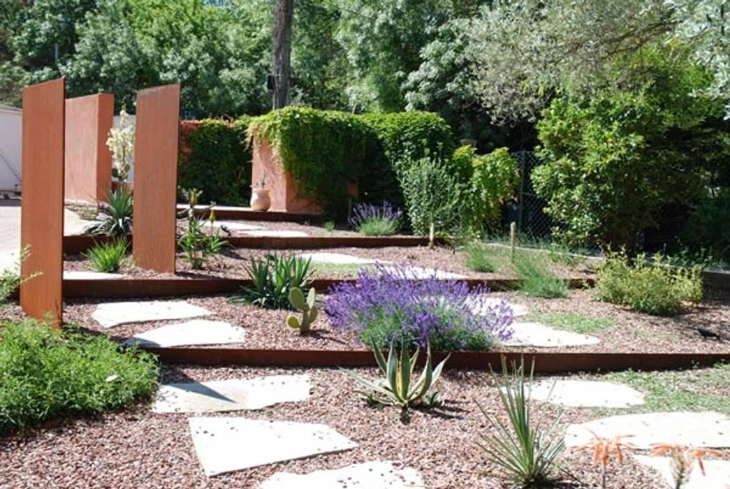 Une allée originale: Jardin de style  par JARDIN GECKO