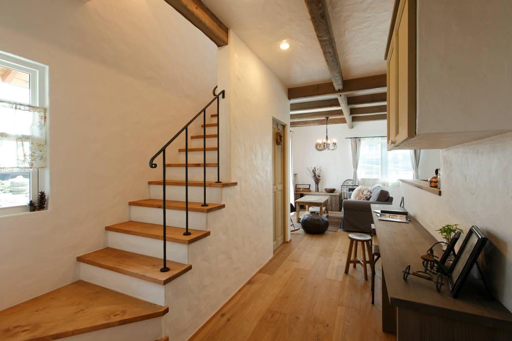 Pasillos, vestíbulos y escaleras de estilo rústico de アンティークな新築住宅 ラフェルム Rústico